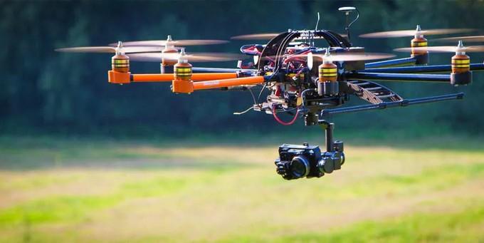 Летящий квадрокоптер с камерой